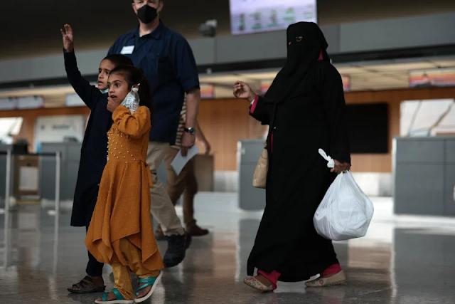 Cerca de 24,000 afganos evacuados ya llegaron a EE.UU. tras caos por toma del poder por parte de talibanes