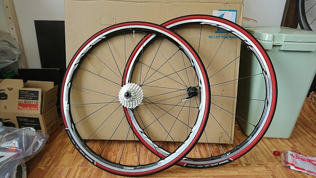 タイヤを取付けたSHIMANOのホール「WH-RS81 C24」の写真