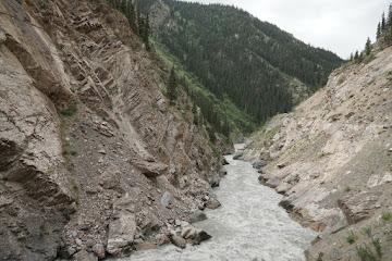 Von Sedimenten grau gefärbtes Wasser in der Eki Naryn Schlucht
