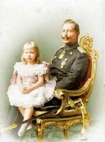 El Káiser Guillermo II con la pequeña Victoria Luisa su única hija.