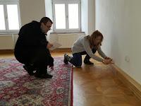 Mészáros Tibor a Petőfi Irodalmi Múzeum dolgozója és Ötvös Anna kassai Márai szakértő a megvásárolt lakásban.JPG