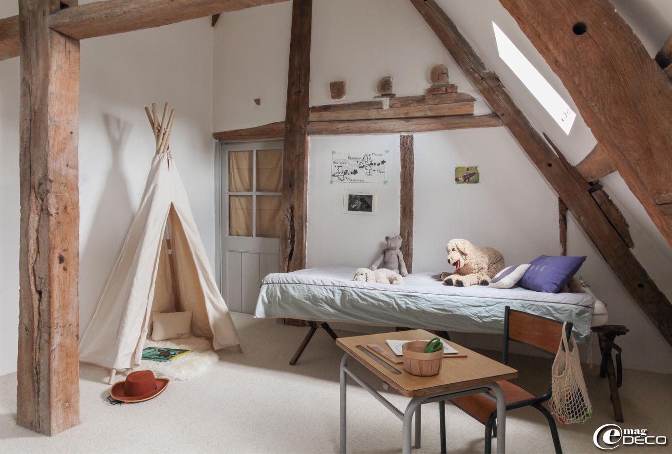 Chambre d'enfant, ancien lit de camp, tipi 'Smallable', tapis peau de mouton 'Ikea'