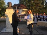 8Szűcs Szabolcs polgármester átadta a díszpolgársról szóló dokumentumot Páskéndi Géza lányának, Ágnesnak.JPG