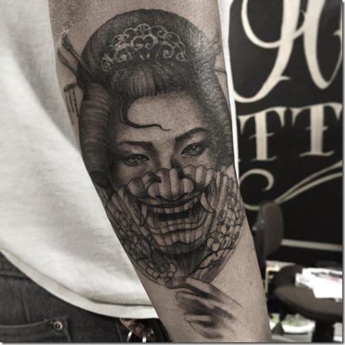 geisha_escondiendo_su_sonrisa_con_el_abanico