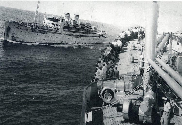 El JUAN DE GARAY se cruza con el CABO SAN ROQUE en su vuelta a España para ser desguazado. Del Libro La Naviera Ybarra.jpg