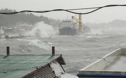 Ο τυφώνας Surigae με διάμετρο 500 χιλιομέτρων σφυροκοπά με σφοδρούς ανέμους και καταρρακτώδεις βροχές τις Φιλιππίνες