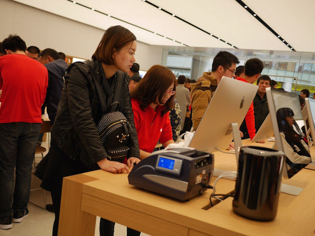 Apple employee assisting a customer