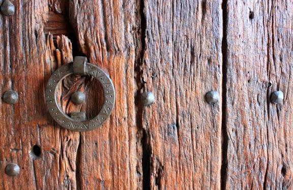 Porta de la masia de Can Cuch.jpg