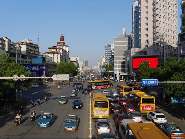 looking east from a pedestrian bridge over Chuanshan Avenue in Hengyang (衡阳船山大道)