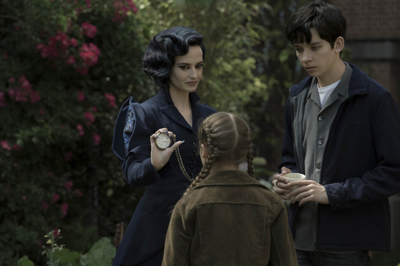 Miss Peregrine (Eva Green), Jake (Asa Butterfield) and Fiona (Georgia Pemberton) in MISS PEREGRINE'S HOME FOR PECULIAR CHILDREN. (Photo Credit: Leah Gallo - TM & © 2016 Twentieth Century Fox Film Corporation)