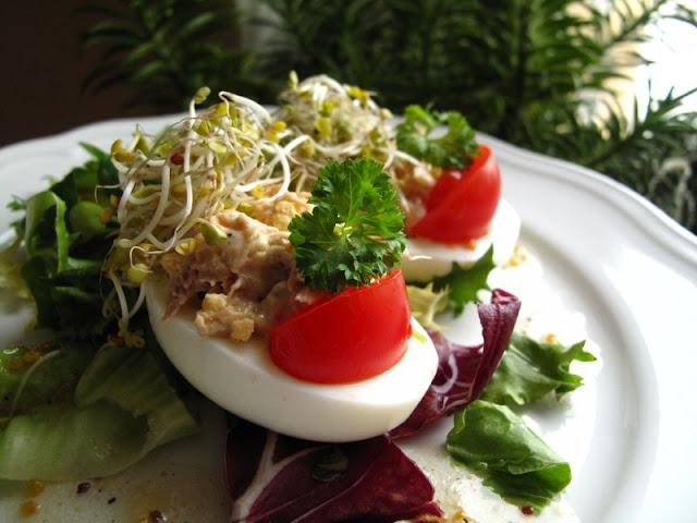Jajka faszerowane tuńczykiem z pomidorkiem i kiełkami brokuła, na sałacie