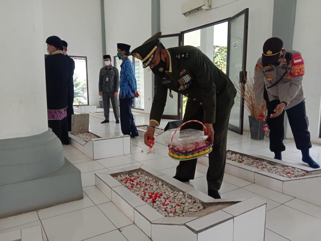 Kepala Staf Kodim 0510/Trs Hadiri Upacara di TMP Raden Aria Wangsakara