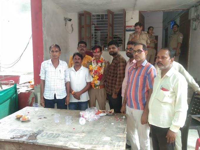 कोतवाली गरौठा में तैनात एसआई सत्यदेव सिंह का स्थानांतरण होने पर पत्रकारों ने दी भावभीनी विदाई