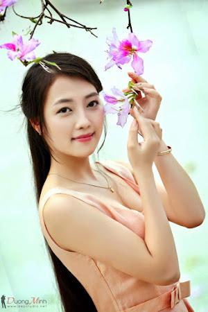 Hình đẹp thiếu nữ bên hoa ban - Xinh qua