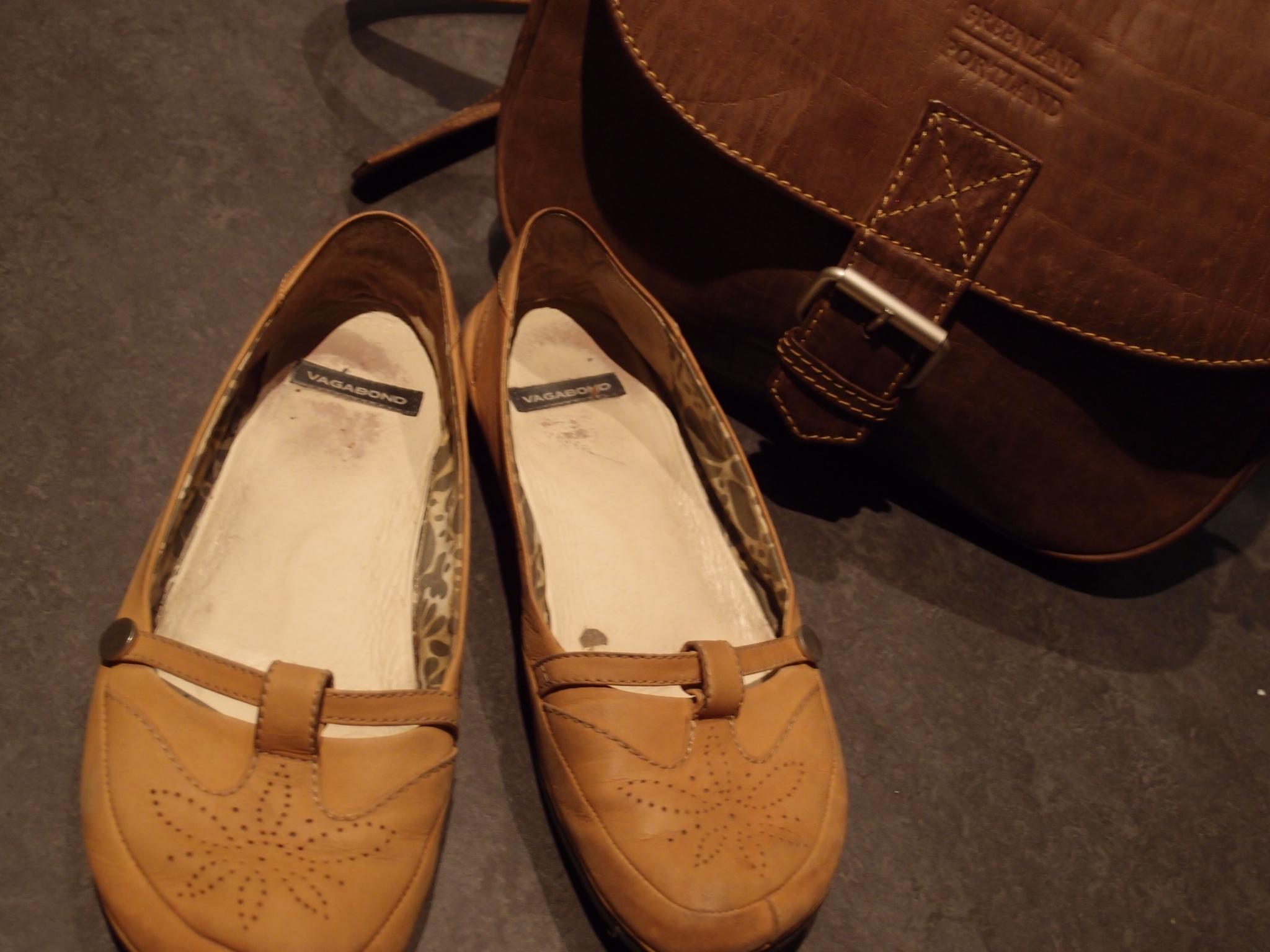 ruskeat kengät mustan puvun kanssa Kitee