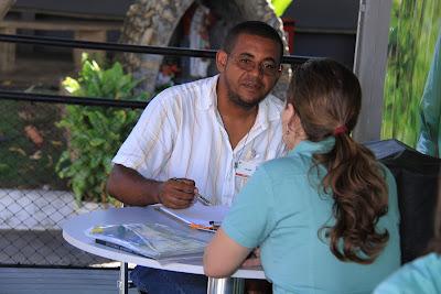 Fazendo uma caricatura em evento na Vale do Rio Doce - 1