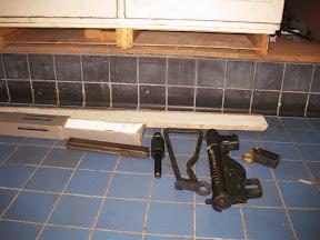 Sten gun van een lid van de Binnenlandse Strijdkrachten in Enschede die vele jaren in een luik onder een kast verstopt heeft gezeten.