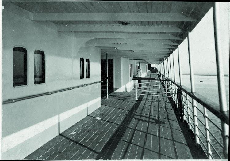 Cubierta principal del REINA MARIA CRISTINA.Barcelona. Ca. 1928. Arxiu Fotografic. Museu Maritim de Barcelona.jpg