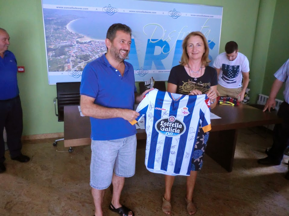 A peña deportivista aresá, representada pola súa vicepresidenta, dª. Matilde Vázquez, doou unha camiseta de Juan Domínguez, asinada polos seus compañeiros do Deportivo.