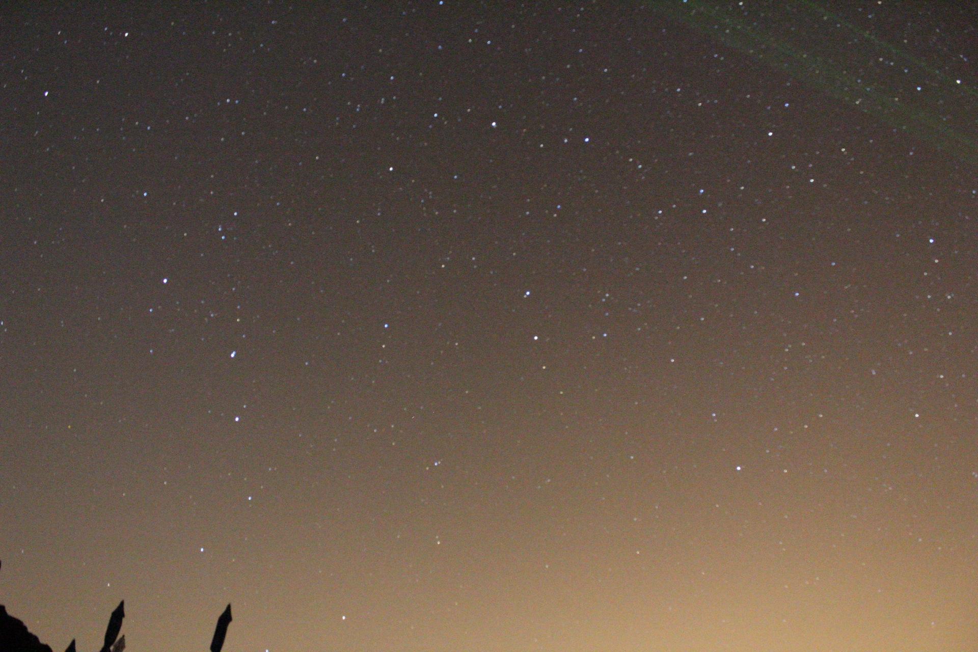 Imatge de la zona nord del cel. A aquestes latituds la ossa major ja no és circumpolar. Imatge feta des de Las Cañadas del Teide amb una càmera Canon eos 1300D, bjectiu de 18-55 mm i 30 segons d'exposició amb trípode, sense seguiment ni darks. 25/8/2017. Unai.