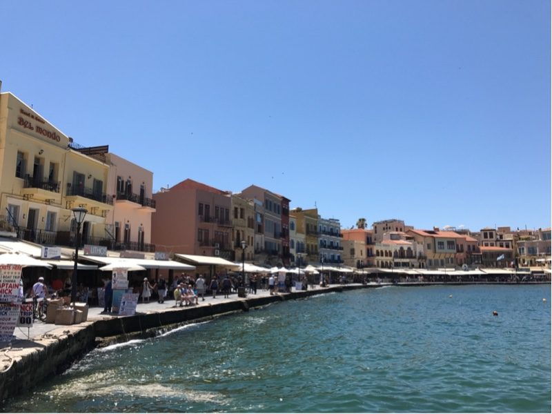 En lang vei langs en havn med gamle, fargerike bygninger.