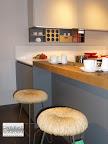 particolare sgabelli e snak della penisola nella cucina Mesons modello Linea M22,  in vendita nella nostra esposizione di Zogno Bergamo.jpg