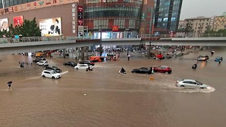 Πλημμύρες στην Κίνα : 202 χιλιοστά νερού έπεσαν σε μια ώρα - 16 νεκροί - 200.000 άνθρωποι εγκατέλειψαν τα σπίτια τους
