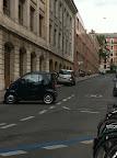 Ma voiture est tellement petite que je peux la garer où je veux..