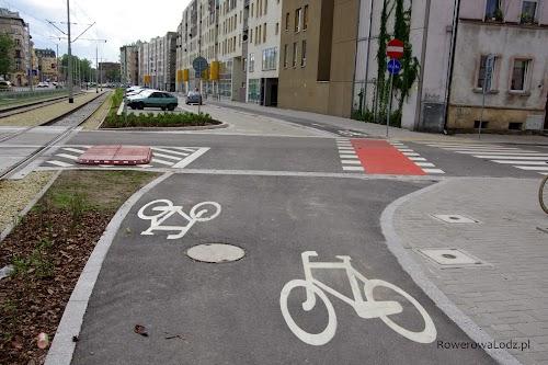 Wygląda dziwnie?  Będąc na dwukierunkowej drodze dla rowerów przejeżdżamy skrzyżowanie przejazdem dla rowerów i wjeżdżamy na jednokierunkową drogę dla rowerów.  W przeciwną stronę rowerem jedziemy wraz z samochodami jednokierunkową jezdnią, przejeżdżamy skrzyżowanie aby wjechać na dwukierunkową drogę dla rowerów.