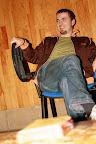 Abdijweekend Orval met Jona - 3110 - 211 '09 / Maarten gepassioneerd bezig zijn stoel te bewerken
