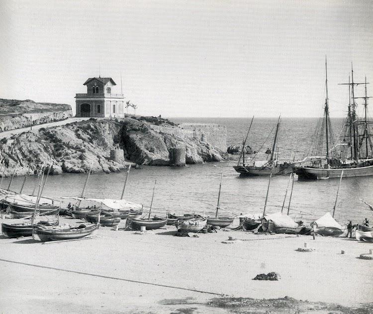 El resguardo que proporcionaba la punta dels Guixols daba protección a las embarcaciones. En la foto, tipica escena de finales del siglo XIX. Se aprecian los torreones donde se hacian firmes las amarras de los buques.JPG