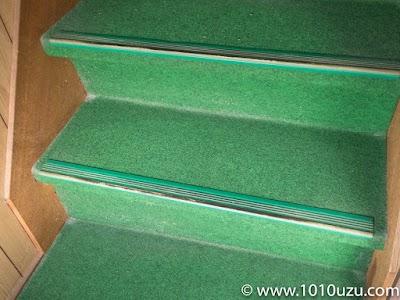 カーペット張りの階段のホコリ
