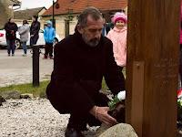 09 Fehér Tibor polgármester helyezi el a koszorút.JPG