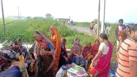 बक्सर में यात्रियों से भरी बस गड्ढे में पलटी, 12 घायल, गंगा स्नान कर लौट रही थी महिलाएं