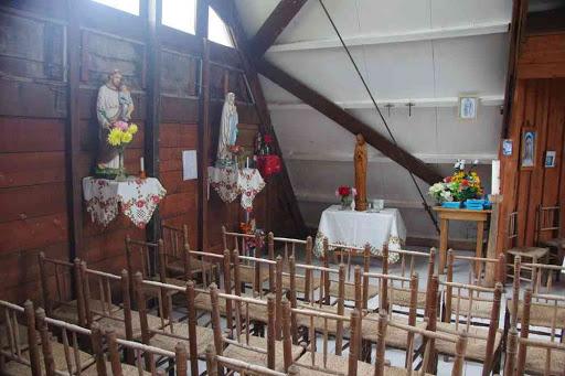 À l'intérieur de l'église de la Nouvelle.