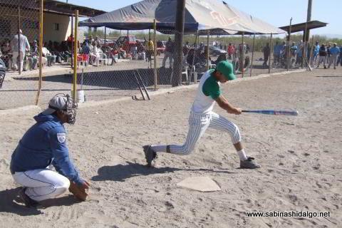 Artemio Ochoa bateando por Yankees en el softbol del Club Sertoma