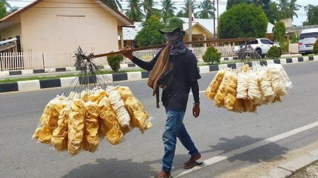 Demi Modal Menikah, Pemuda ini Rela Jualan Kerupuk dengan Berjalan Kaki Dari Pangkalan Susu Hingga ke Aceh Timur