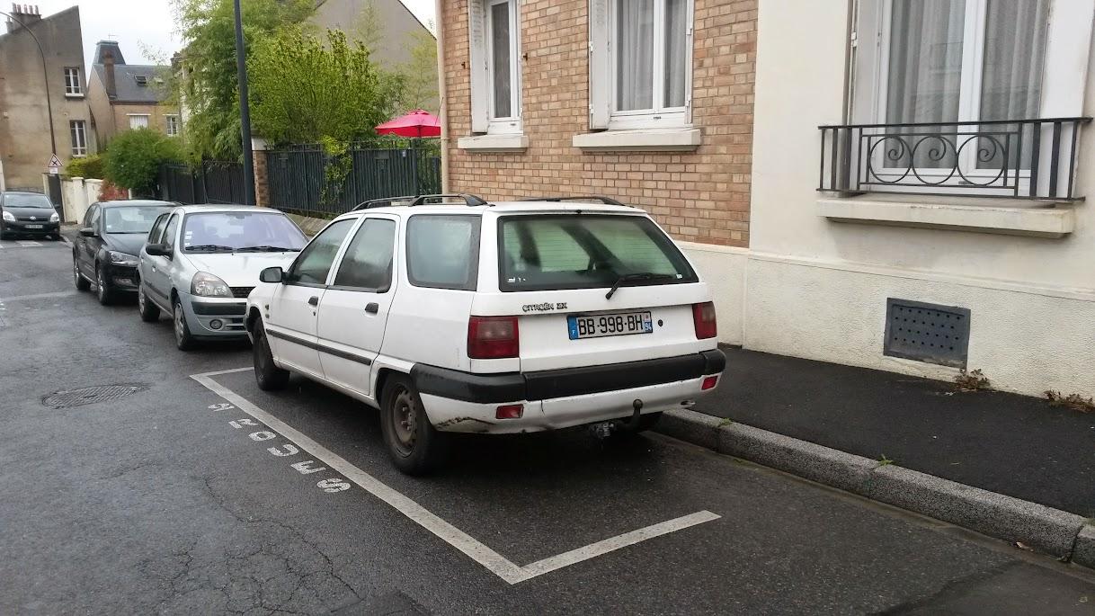 Incivilités de stationnement : voiture sur parking 2 roues 20150501_110910