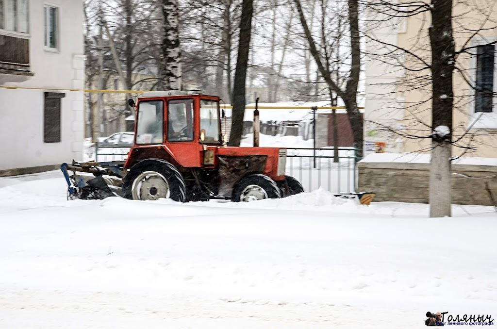 Чистка тротуара проспекта Мира трактором