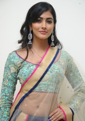 Pooja Hedge sexy in Saree Showing her Slim Belly Images