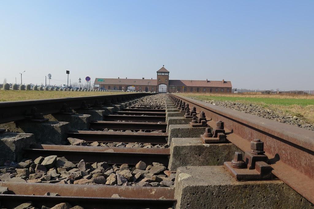 Zug um Zug rollte einst durch dieses Tor in die Tötungsfabrik