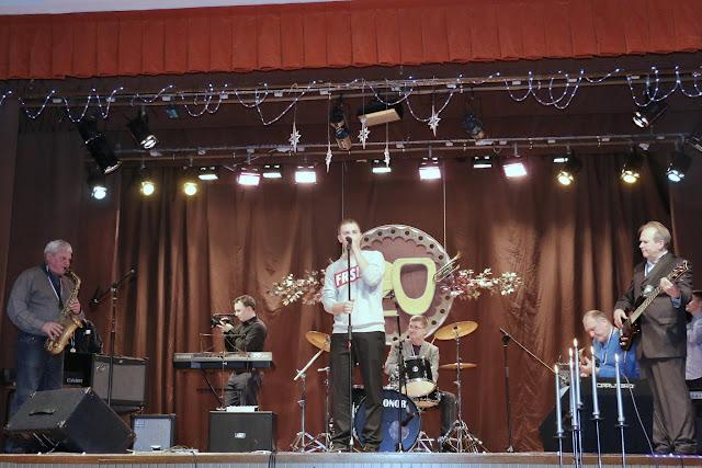 """28. jaanuaril 2017 toimus Koolinoorte Loomemajas XX festival """"Meid sidus muusika."""" Laval oli 14 kollektiivi- lauljaid ja pillimängijaid: Narvast, Sillamäelt, Jõhvist, Ahtmest ja Kohtla- Järvelt, kelle esituses kõlas väga erinev muusika. Ahtme Kunstide Koolist võttis osa:BAND AKK (vanem) koosseisus:Kirill Pavlov- löökpillidIlja Pavlov- basskitarrArnold Laada- kitarrMaria Kirillova- süntesaatorJelizaveta Ool- vokaalDaniil Sergejev- vokaalJuhendaja: Valeri AntonovSPACE NOTE koosseisus:Nikita Galitski- soolokitarrLev Kislenkov- rütmikitarrPavel Stoljarov- basskitarrMilena Šutova- süntesaatorOskar Laada- löökpillidJuhendaja: Aleksandr KurnossovParima kitarristi tiitli sai Nikita Galitski, juhendaja õpetaja Aleksandr Kurnossov.Parima löökpillimängija auhinna sai Oskar Laada, juhendaja õpetaja Aleksandr Kurnossov.Auhinna sai ka Valeri Antonov, kes on osalenud kõigil 20-l festivalil.Täname kõiki osalejaid- õpetajaid ja õpilasi edurikka esinemise eest.28. январ"""