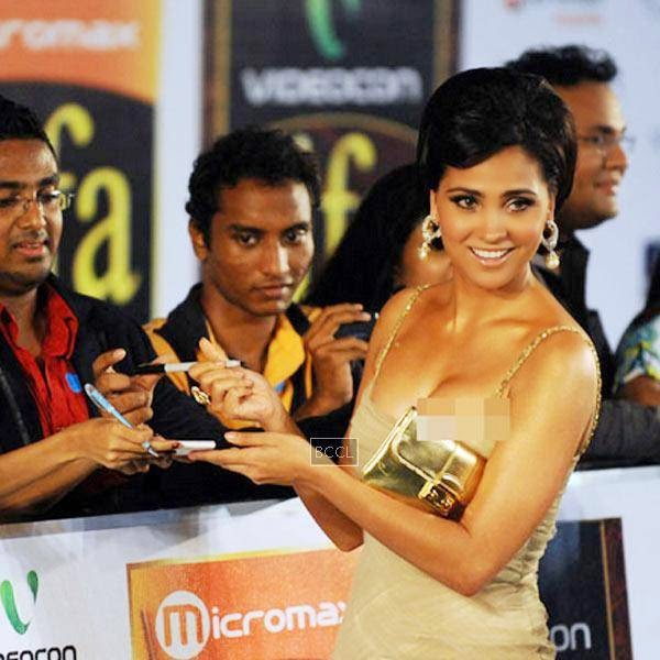 IIFA Awards 2010 ceremony held in Colombo, actress Lara Dutta gave a view of her assets to the shutterbugs. Sexy actress worn a deep-necked golden gown, but during the event, she was clicked with her slips that gave a view of more than she wanted.