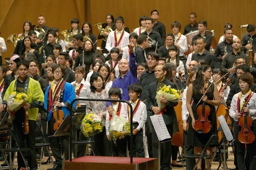 LA JUVENIL DE CARACAS INICIÓ SU GIRA ASIA 2013 DEBUTANDO EN JAPÓN. El mes de octubre inició con un gran reto para una de las principales orquestas de El Sistema: la Sinfónica Juvenil de Caracas inició su Gira Asia 2013 con su debut en Japón. Este gran compromiso se inició con un concierto en la simbólica ciudad de Hiroshima, lugar donde cayó en 1945 la primera bomba atómica de la historia, y continuó luego en la capital, Tokio