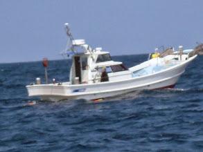 Photo: 近くには、ご近所の船。 釣りはせずに中で寝ているみたいで・・・。
