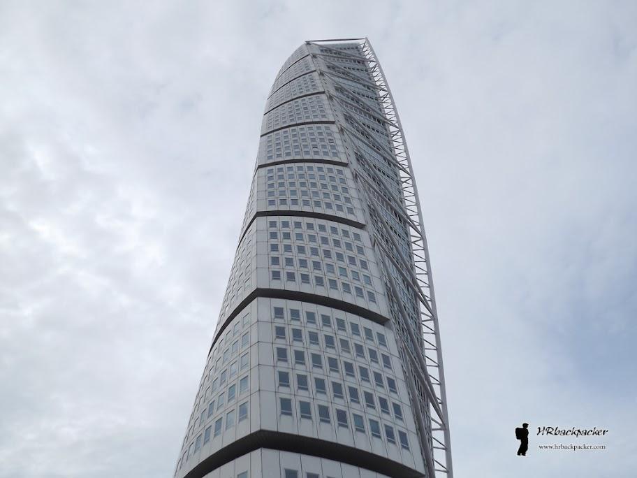 Najpoznatija atrakcija modernog Malmoa jest Turning torso, najviša građevina Skandinavije i druga najviša stambena zgrada na svijetu. Izgrađena je u novoj četvrti koja je doživjela svoj procvat nakon gradnje Oresund mosta prema Kopenhagenu