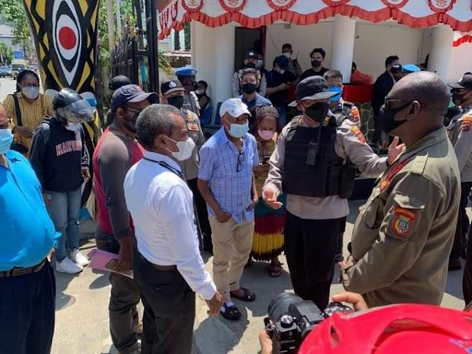 Ketua Sinode Gereja KINGMI di Tanah Papua Dihadang Polisi di DPR Papua