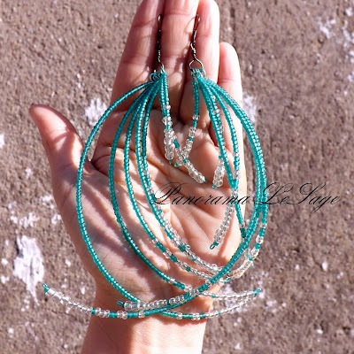 długie kolczyki koralikowe koraliki szklane biżuteria długie żyrandolowe piórka pióra duże lekkie Panorama LeSage Darłowo kolorowe wystawne wiszące lato na imprezę