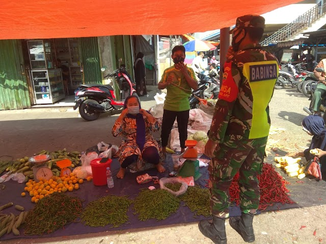 Tekan Penyebaran Covid-19, Praka Ahmad Saefudin Melaksanakan Humbauan Prokes di Pasar Bisung