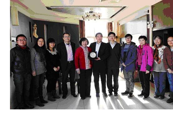 楊貴平女士(左五)和中國滋根會長、中國農業大學黨委書記瞿振元(左六)、中國滋根支持者、中農科創董事長李驥(左四)、中國滋根理事童小溪(右五)、中國滋根工作人員合影